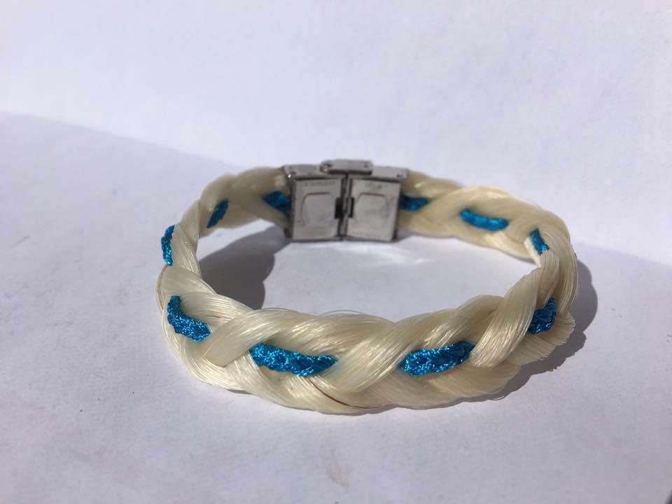 Bracelet tressage en huit avec fils bleu clair et fermoir en acier inoxydable