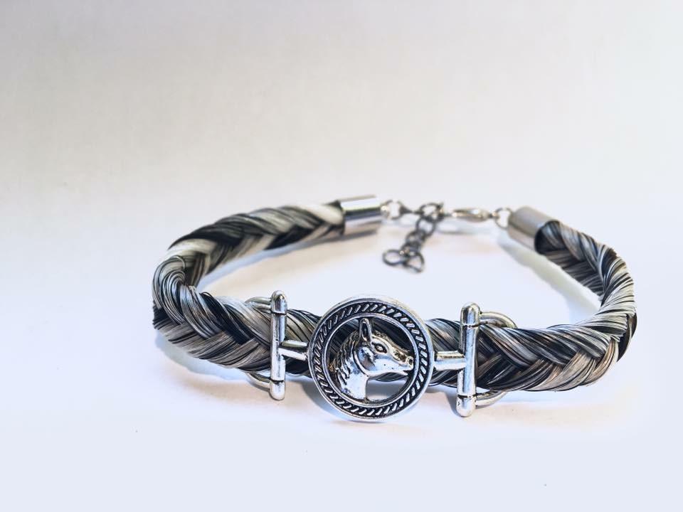 Bracelet en crins de cheval blanc et noir et un connecteur tête de cheval