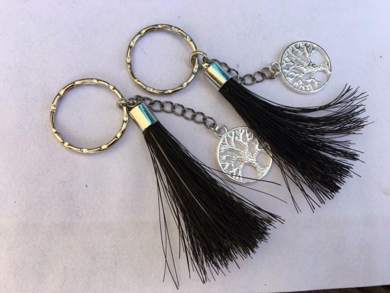 Porte clef pompon en crins noir avec breloque arbre de vie