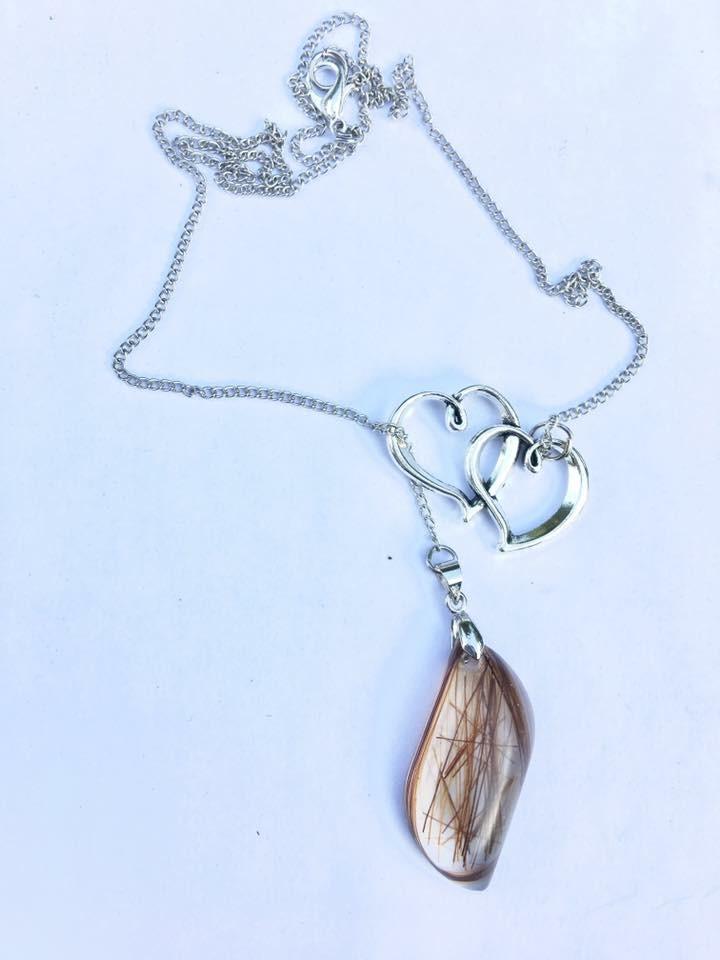 Collier avec pendentif en crins de cheval et double coeur