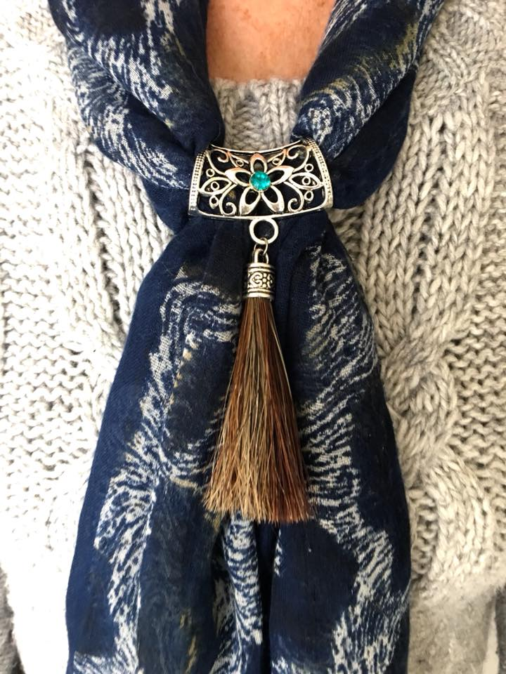 Creation crins cheval bijoux broche attache foulard echarpe pompon bleu modele porte