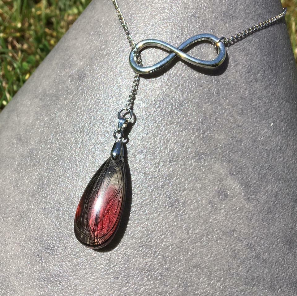 Creation crins cheval pendentif collier chaine infini rouge noir resine souvenir solide pas cher