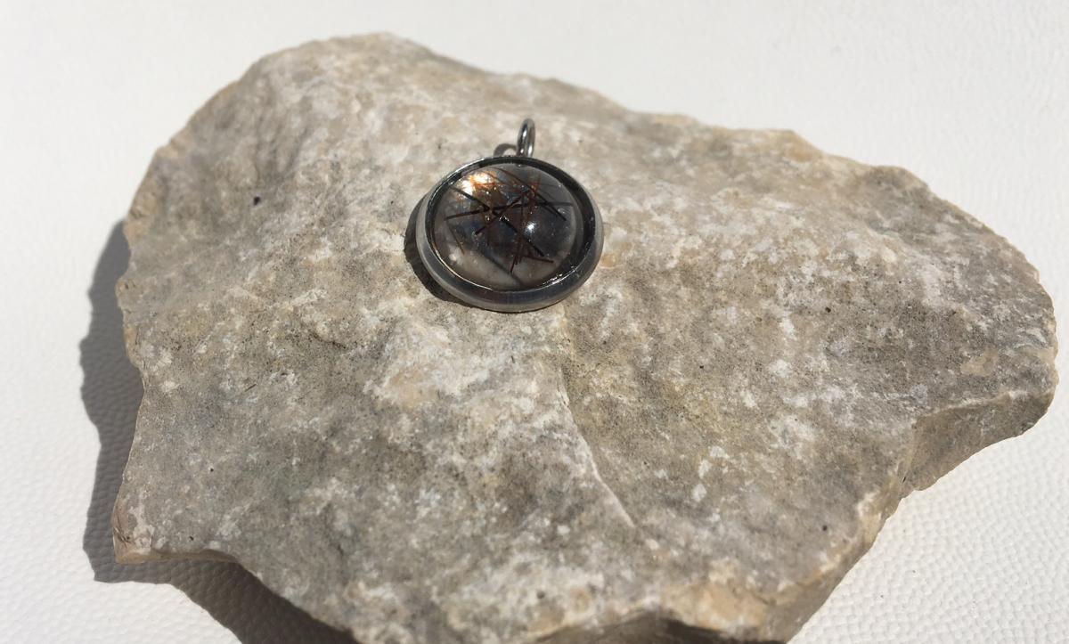 Creation crins cheval pendentif resine acier argent rond discret transparent