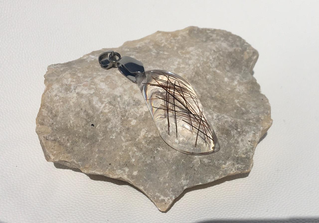 Creation crins pendentif cheval immortel acier argent feuille chaine resine design moderne souvenir