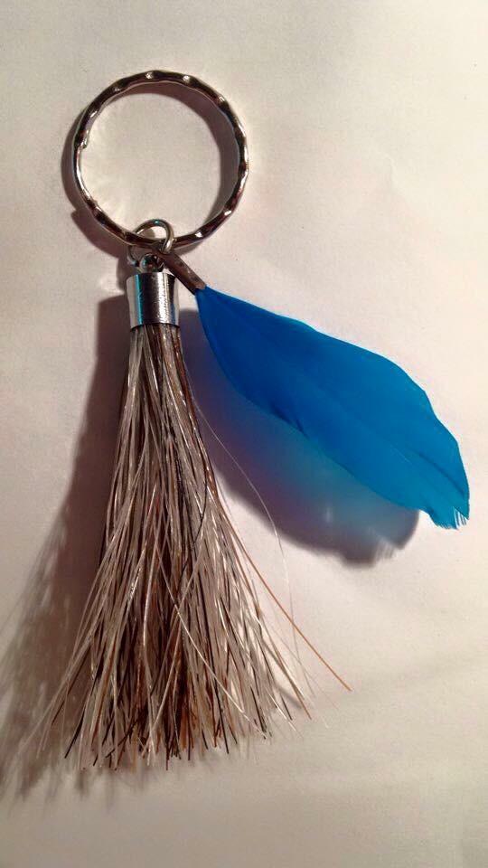 Porte clef personnalisé en crins de cheval avec plume colorée